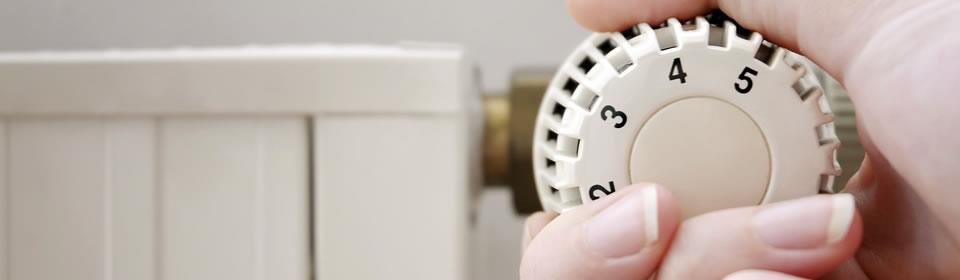hand draait aan radiatorknop